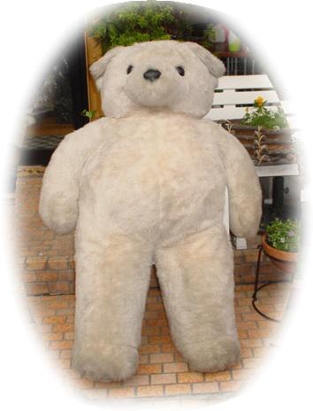 大きなクマのぬいぐるみ